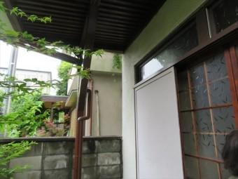 一見すると何の異常もないモルタル外壁に見えますが、地震で浮き上がってしまい外壁の強度を失っている