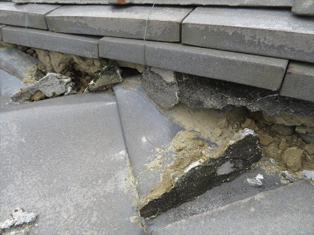 高槻市で大阪北部地震に遭った寄棟の瓦屋根は、降り棟が大きく崩れて熨斗瓦がせり出し、割損した面戸漆喰の防水能力が皆無ですので、やがて棟は大きく崩れます。