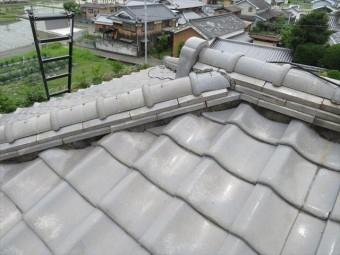高槻市で地震の被害として瓦がずれたお宅の屋根に架けていたブルーシートが台風12号で飛ばされた