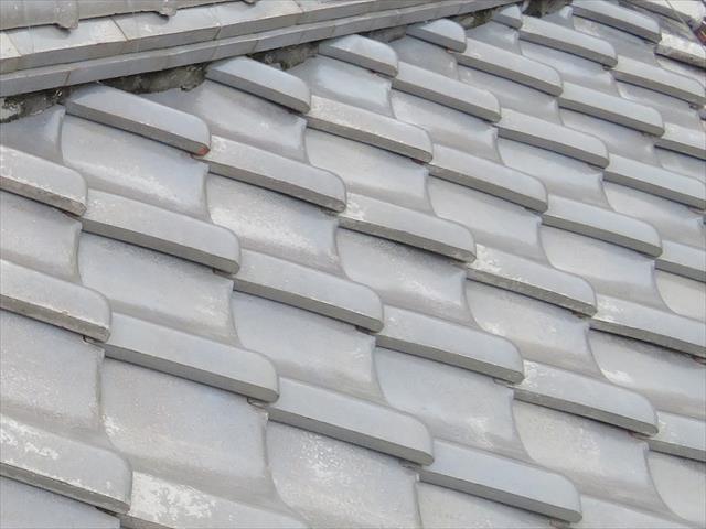 高槻市で大阪北部地震に遭った寄棟の瓦屋根は、棟や漆喰に被害が出たものの、平瓦はほとんど被害がなかった。