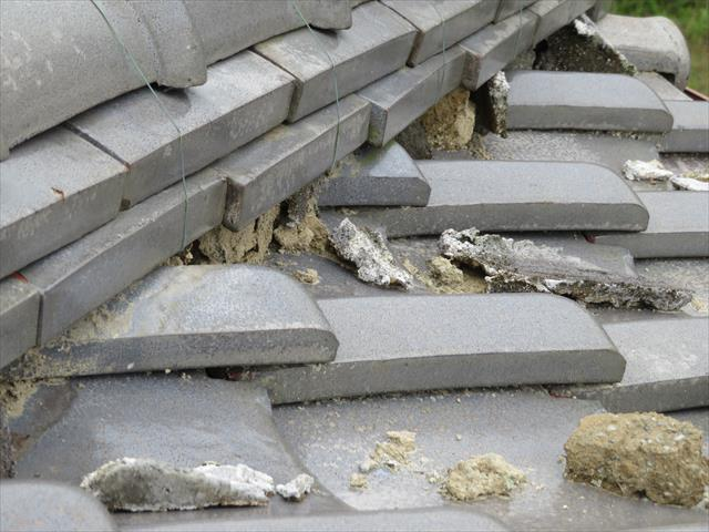 高槻市で大阪北部地震に遭った寄棟の瓦屋根は、降り棟が大きく崩れてしまい、熨斗瓦がせり出し、漆喰が割損しただけでなく、葺き土も噴き出していた。