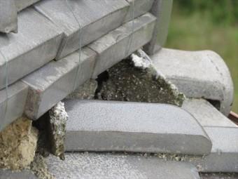 高槻市で大阪北部地震に遭った寄棟の瓦屋根は、降り棟が大きく崩れて熨斗瓦がせり出したことで、あちこちの漆喰が割損してしまいました。