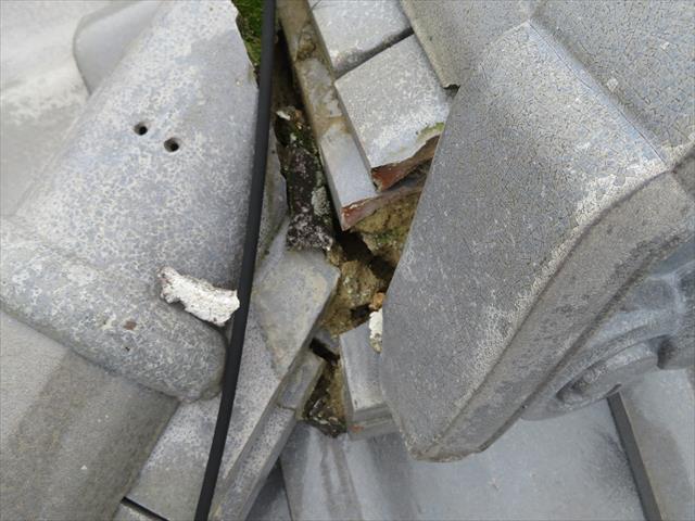 高槻市で大阪北部地震に遭った寄棟の瓦屋根の頂部、大棟の両端部に配置されている鬼瓦が大きくずれており、漆喰も欠損してしまっているので、棟内部に雨水が侵入します。