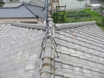 高槻市で大阪北部地震の被害を受けた瓦屋根のお宅は、2面の台形の屋根面と2面の三角形の屋根面で複合的に構成される寄棟屋根です。