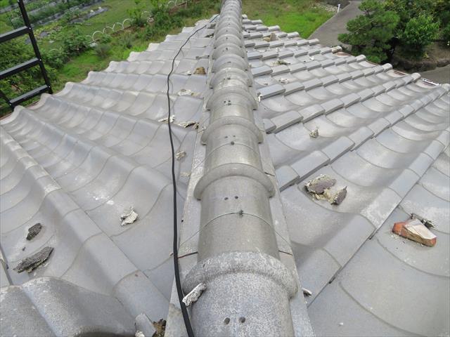 高槻市で大阪北部地震に遭った寄棟の瓦屋根は、降り棟が蛇行する状態になり、面戸漆喰が割れて散らばっていた。