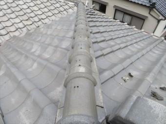高槻市で大阪北部地震に遭った寄棟の瓦屋根は、南側に面する降り棟が揺さぶられ傾いて蛇行してしまった。
