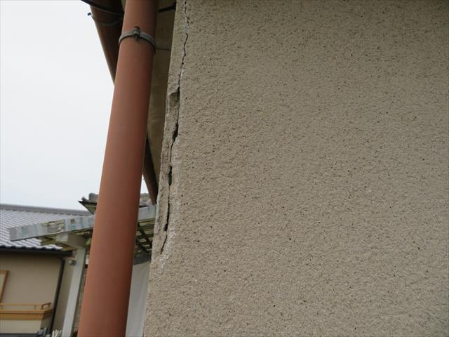 モルタル外壁のクラックの特徴は、異なる部位と部位を繋ぐように入っている