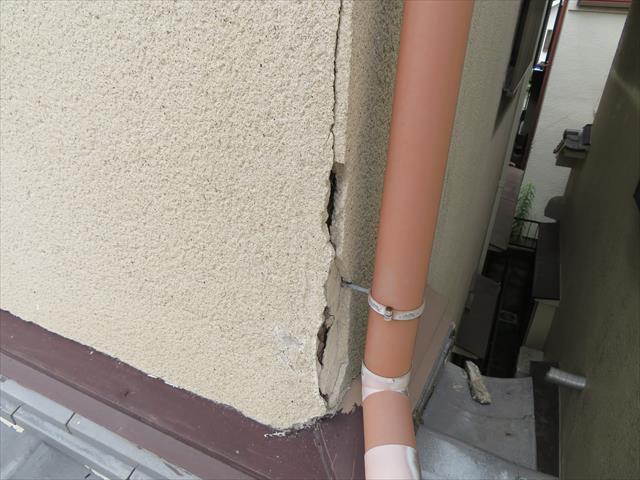 大阪北部地震でモルタル外壁にも大きなひび割れ(クラック)ができてしまいましたが、雨樋に近い部分のひび割れ(クラック)は、雨水に晒される可能性が高いので、雨漏り原因に発展する可能性が高く、極めて危険な被害です