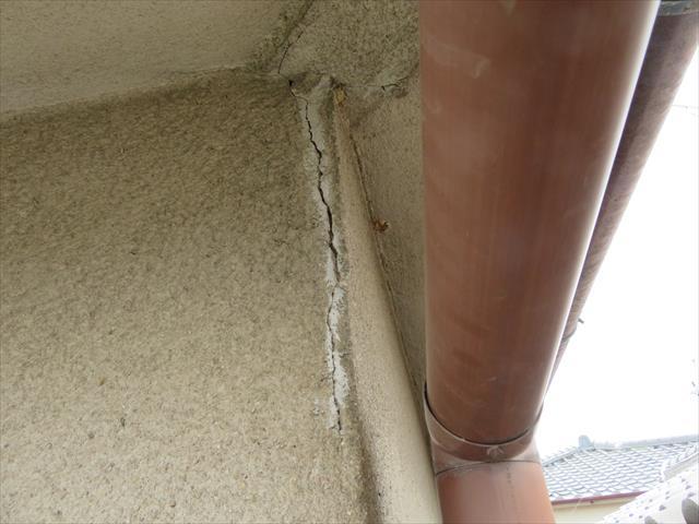 軒天井から外壁れ連続する箇所にできた外壁のひび割れ(クラック)は、軒樋から集水器を介して竪樋に雨水が落ちてきますので、その影響を受けて雨水に晒されて、雨漏りする可能性が高い箇所として、危険視、重要視すべき修理箇所です