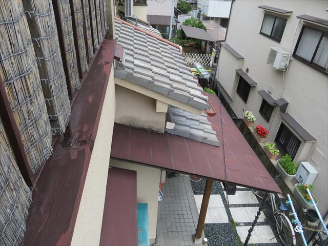 高槻市で玄関屋根が傾いたお宅の事例から、下屋根(下屋ーゲヤ)と軒屋根の違いを理解して頂きます。