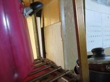 キッチンの壁面に貼られているタイルはボンド付けされているだけなので、地震の被害として剥がれても、原状回復は簡単で被害は軽微な部類に入ります。