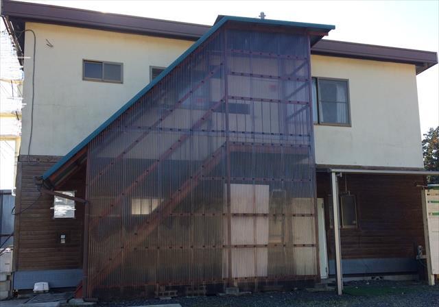 大型の工事現場ではプレハブを建設して事務所として使われ一部を住居としても使います