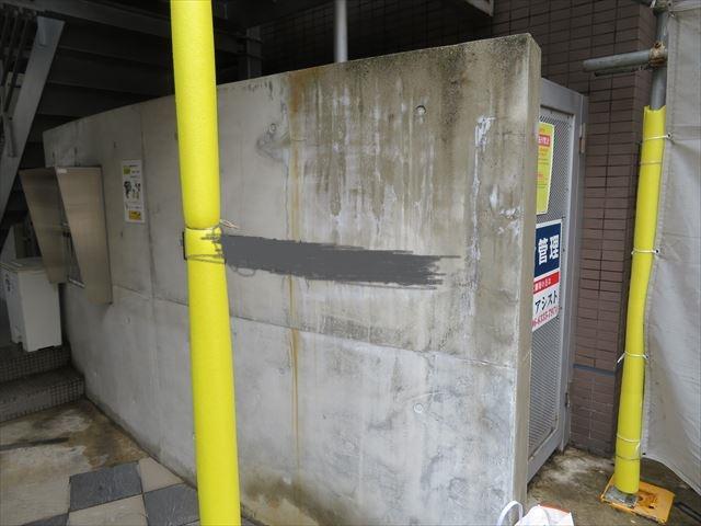 マンション門柱のコンクリート外壁に付着した藻類やカビは剥がれ落ちたがさび汚れは完全に落ちなかった