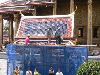 天然スレート屋根材で葺かれた美しい寺院タイの首都バンコクにあるワットポーで屋根工事が行われていた
