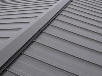 ガルバリウム鋼板2枚仕立てのたてはぜ葺き屋根は1枚仕立ての屋根材の次に雨漏りや風にあおられにくい