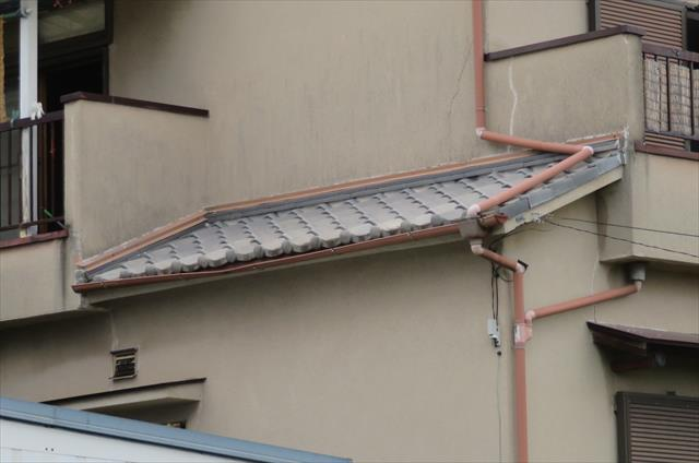 高槻市で玄関屋根が傾いたお宅を見て、軒屋根と下屋根の違いが解かる画像で理解を深めて頂きます。