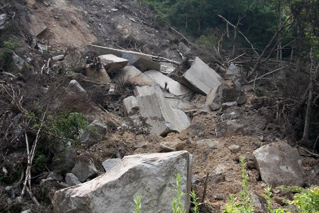 大雨で水分を大量に含んだ山は表面崩落だけでなく、内部崩壊していると甚大な被害につながります
