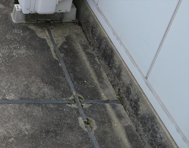 仮設設備であるプレハブも設置する時は基礎コンクリートをスラブに打設してアンカーで固定する