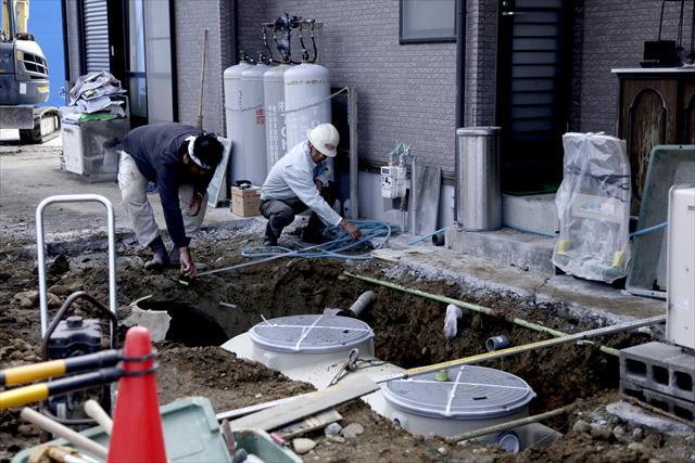 「ぼっとん便所」ではないにせよ、浄化槽式の汚水処理方式は、今もなお郊外で残っています。