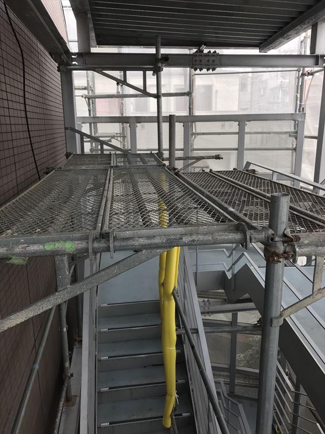 階段大屋根裏の塗装に必要なステージ足場