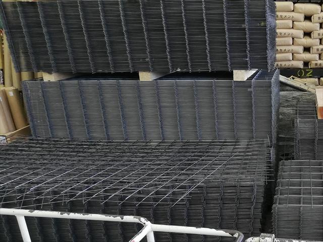 ワイヤーメッシュは鉄筋コンクリートの鉄筋と同じ役割を果たしている補強材