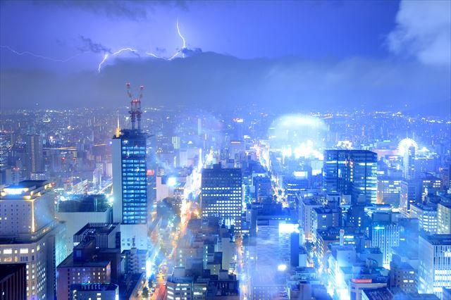 急激な気象変化は落雷を伴って激しく雨が降り、家屋や屋根に被害が出る場合もある