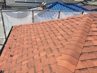 寄棟屋根の隅棟(下り棟)を役物を使わず同一素材のシングル材で仕上げた