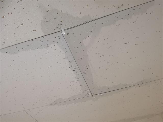 屋根から天井への雨漏り