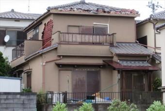 晴れた日にはアイボリー色であったモルタル外壁は、台風21号の通過後には赤茶色に変色しており、モルタルが水分を吸収したことが証明される実例です