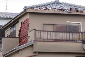 高槻市で台風が運んできた飛来物が激突し、それをきっかけとして軒先マンジュウ瓦が次々にめくれあがってせり上がり、モルタル掻き落とし外壁も広範囲に崩落した。