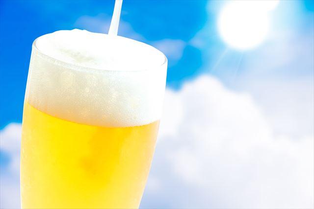 暑い日にグラスに注がれたビールは外気との温度差でグラス表面が結露して曇る