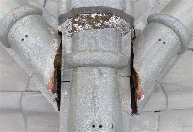 大棟と隅棟の追い当て部分の漆喰が欠損して隙間が露出し、雨水が回って階下の和室が酷い雨漏りをした