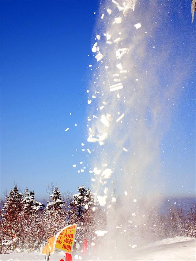 屋根からの落雪は人身事故、物損事故の両方を誘発する危険な融雪現象。これを回避するために雪止め金具が必要
