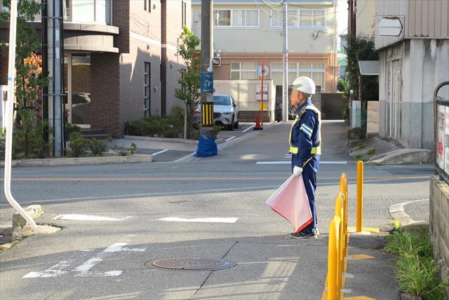 ガードマンが交通整理をしながら、毎日何気なく行われている道路工事をよくみます。