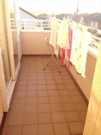 ベランダ床面のタイルはその質感のみならず防水性で階下への雨漏りを防ぐ耐久消費財
