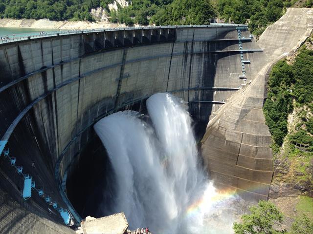 水平面と垂直面、水平面と水平面、垂直面と垂直面で、どこかに必ずコンクリートの打ち継ぎ面が存在しますので、そこから雨水が入り込みます。