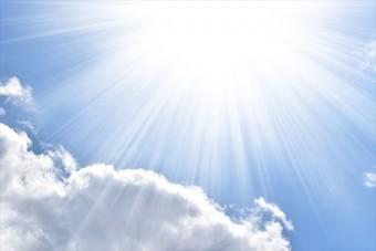 太陽光が空気に熱を伝えることで上昇気流が生まれることが風の吹き始めになる
