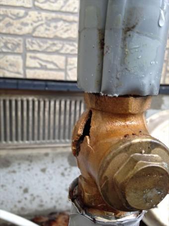 水が氷ると体積が増えるので、水道管内部が氷ると膨張した氷が水道管を破裂させる