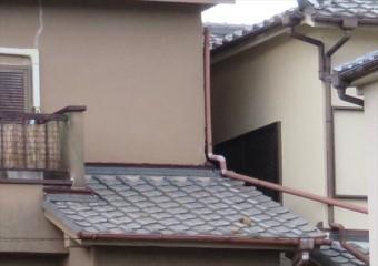 台風21号の強風は竪樋から接続されていた、下屋に沿って設置されていた竪樋を、全く違う方向に変形させていた