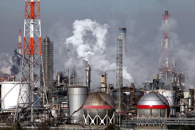 経済活動で排出される排煙や粉塵類もが屋根や外壁を汚す原因で高圧洗浄で落として下地を良好な状態に保ちたい