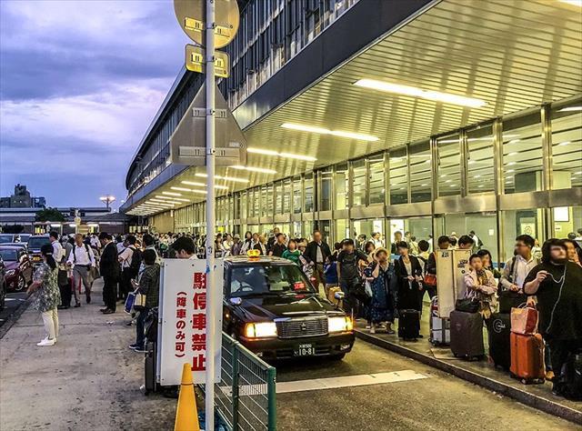 大阪北部地震では屋根や外壁に被害が出た人々で駅はごった返した