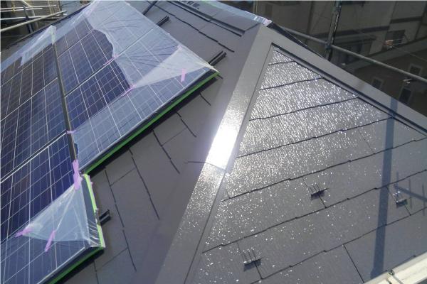 ソーラーパネルが設置された屋根の塗装完工写真