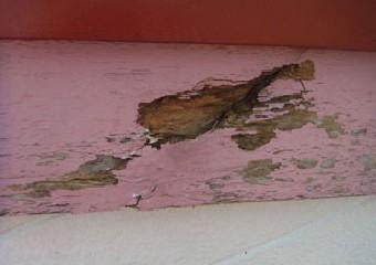 塗装が剥げ大きく傷ついている破風板